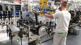 Škoda zahájila v Kvasinách sériovou výrobu částečně elektrického Superbu iV. Byli jsme u toho