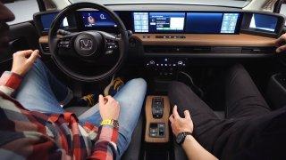 Manipulace s dotekovým displejem při jízdě je nebezpečnější než alkohol nebo drogy