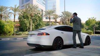 V Dubaji začínají jezdit taxíky Tesla. Budou jich stovky