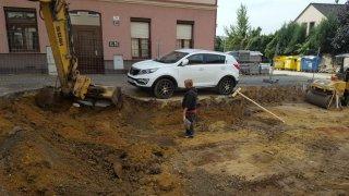 Místo odtahu dělníci auto obkopali 1