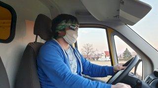 Řidič v roušce