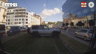 Ruply mu v koloně nervy a otočil se v Brně s offroadem přes tramvajový pás. Zaplatí desítky tisíc