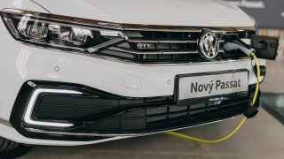 Prozkoumali jsme nový VW Passat GTE. Přesně takhle bude fungovat Škoda Superb do zásuvky