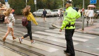 Pražské školy kvůli bezpečnosti zakazují vjezd autům do ulic, kde sídlí. Chválí si to žáci i rodiče