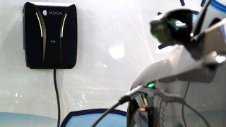 Elektromobil připojený k nabíječce je příležitost pro hackery. Ovládnou přes něj i domácí Wi-Fi