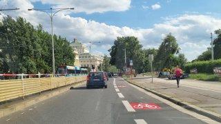 Vyhrazené pruhy pro cyklisty jsou pomocí i pro řidiče. Nemusí řešit žádný bezpečný odstup