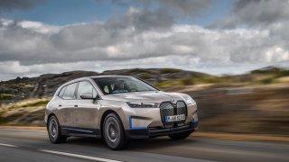 Luxusní SUV BMW iX ukazuje budoucnost elektromobility. Na dojezd 120 km se dobije za 10 minut
