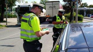 Nově mají policisté za některé přestupky domlouvat, ne pokutovat. Schválení odkládá koronavirus