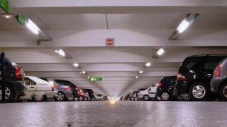 Řidiči i lak úpí: Parkovací místa jsou úzká, i když vyhovují normě. Auta za poslední roky nakynula