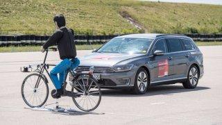 Nové asistenční systémy řidiče zvyšují bezpečnost v městské džungli. Prediktivní systémy nouzového brzdění chrání chodce a cyklisty.