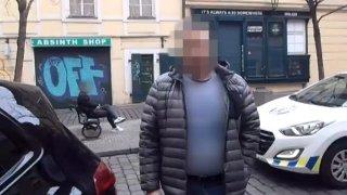 S falešným průkazem ZTP zaparkoval své BMW, kde neměl. Ze strážníků se snažil udělat hlupáky
