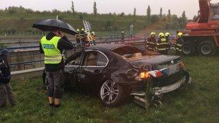 Video: Spadli do vodní nádrže vedle dálnice. Zachraňovali je hasiči, kteří jeli ze soutěže