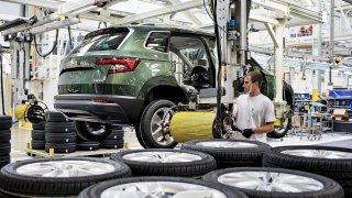Škoda má 50 000 rozpracovaných aut a kvůli nedostatku součástek ruší další pracovní směny