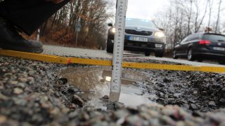 Zničená silnice na Pardubicku má jen za týden na svědomí řadu nehod a zničených aut