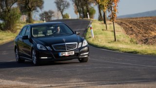 Pětiletý Mercedes-Benz E220. Tady už se šetřilo