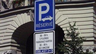 Velká česká města nezavedou parkování v zónách zdarma. Není žádný lockdown, zní od nich