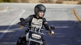 Stylové oblečení patří k motocyklům Harley-Davidson