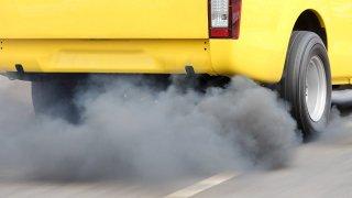 Definitivní zákaz aut na benzín anaftu naplánovala po Francii také Anglie