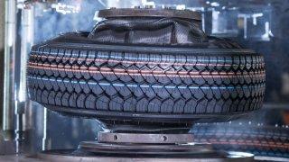 Continental slaví 150 let od založení. Vyrábí pneumatiky z pampelišek a testuje recyklát z PETek