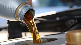 Motoru neškodí jen nedostatek oleje, ale i jeho přebytek. Následky přelévání mohou vyjít hodně draho