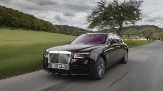 Rolls-Royce Ghost je balzám na nervy unaveného milionáře. Otevře mu dveře a pohoupá ho před spaním