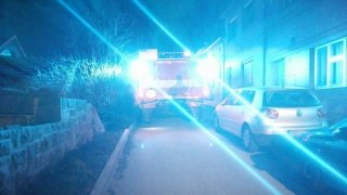 Špatně parkující auta bránila hasičům v příjezdu k požáru. Museli je odřít