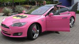 Růžová Tesla si hraje na Batmobil