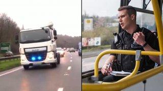 Policisté sledují řidiče z výšky.