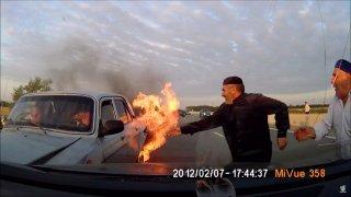 Záchrana z hořícího auta v Ázerbajdžánu.
