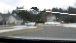 Prasklinu předního skla není radno podceňovat ani, když ho máte připojištěné. Pojišťovny jsou přísné