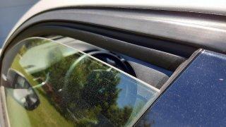 Řidiči proti horku v autě zkoušejí tradiční trik se škvírami v oknech. Dělat by ale měli něco jiného
