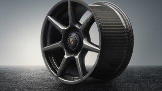 Porsche vyvinulo extrémně lehká a pevná kola. Stojí ale raketu
