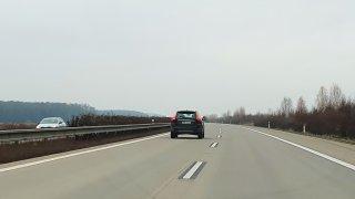 Z levého pruhu se musí uhnout i ve městě. Řada řidičů jízdu po víceproudých silnicích neovládá