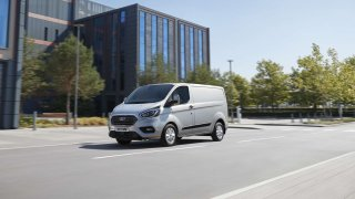 Ford v Hannoveru představil sériovou verzi Transitu Custom PHEV