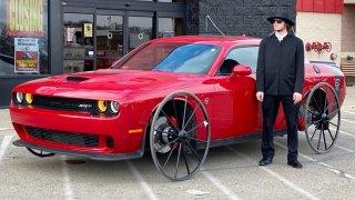 Americký youtuber nasadil na  700 koňový Dodge Challenger kola z dostavníku. Výsledek je k popukání