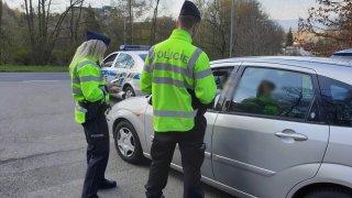 Češi nedodržují karanténu a zbytečně se vydávají na silnice. Hamáček chce zpět dopravní kontroly
