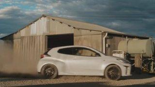 Na zákaz reklamy stačily dvě sekundy v prachu. Toyota Yaris prý podporuje nebezpečnou jízdu