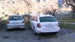 Parkoval neoprávněně v modré zóně a pokusil se zabránit odtahu manuálním zabezpečením. Nefunguje to