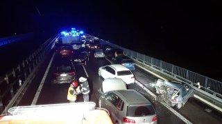 Úmyslně zapálené pneumatiky způsobily hromadnou nehodu na D10. Policie odhalila pachatele