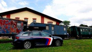 V Jaroměři můžete vidět auto na kuří noze, co jezdí bez volantu