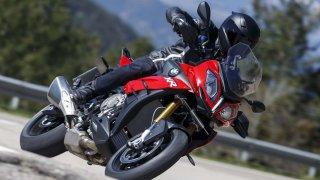 Jak na koupi ojeté motorky: Zkoumejte stupačky, gumy, stopy od oleje i místa pod nálepkami