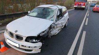 Ve svém BMW ladil za jízdy rádio a sestřelil náklaďák v protisměru