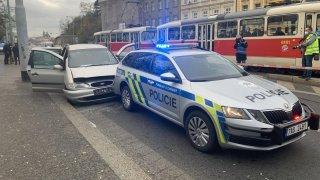 Ani policejní střelba uvnitř Prahy zběsilého řidiče nezastavila. Překonal i zastavovací pás s hroty