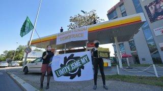 Ekologičtí aktivisté obsadili v Praze trojici pump. V pohotovosti kvůli nim byli policisté i hasiči