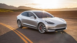 Tesla spouští výrobu svého modelu pro chudé. První auta budou v létě