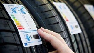 Štítky na pneumatikách budou od příštího roku ukazovat i jejich životnost a schopnosti na sněhu