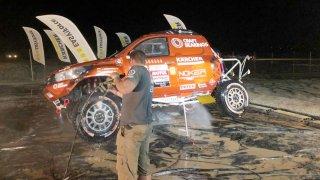Auta na Dakaru čistila mobilní stanice v kamionu