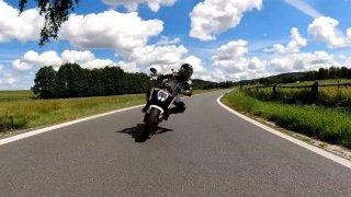 Nezkrácený test motocyklu KTM Duke 890 R. Aneb vše, co by Sršeň v TV řekl, kdyby ho nesestříhali