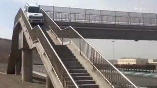 Suzuki Jimny na lávce pro pěší Čína