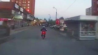 """Tohle nečekal! Prchajícího motorkáře """"sestřelila"""" žena kabelkou"""